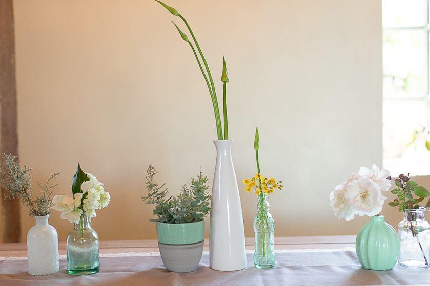bud-vases-flowers-turqouise_lizellephotography