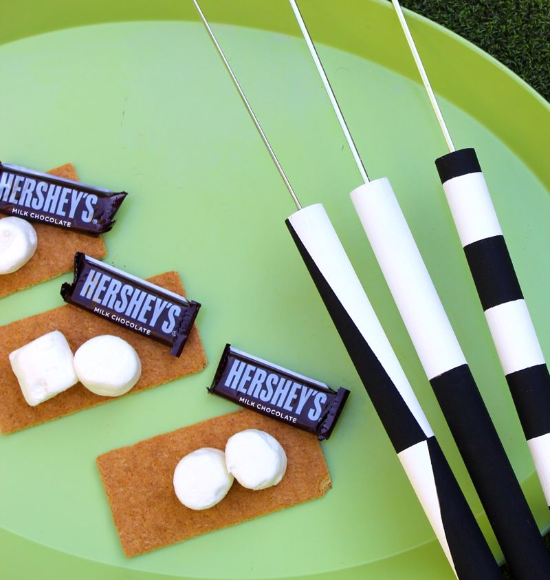 diy-marshmallow-roasting-stick-black-and-white-s'more-chocolate-graham-cracker-diy-s'more-stick