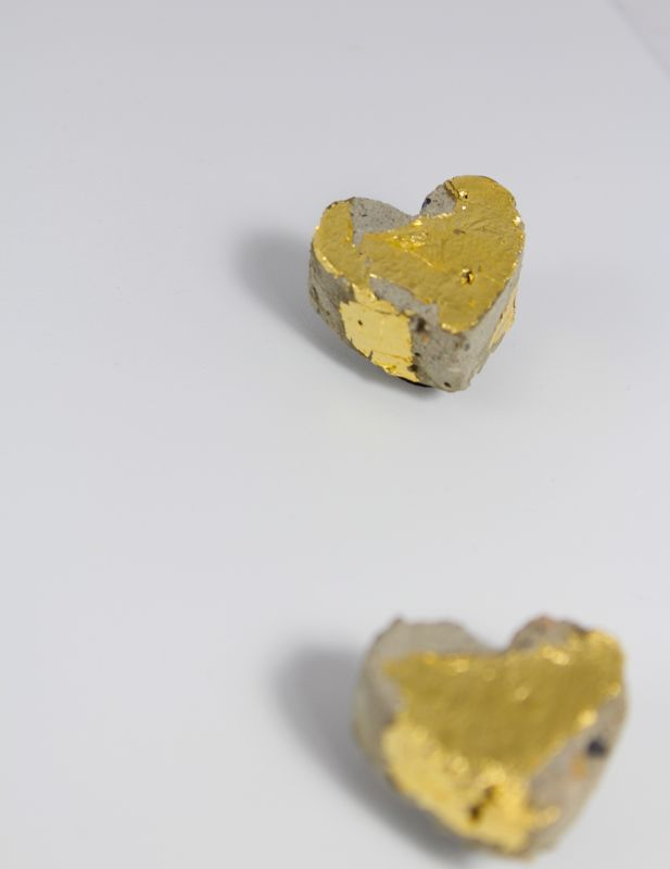 love-you-diy-concrete-heart-magnets-gold-gilding-valentines-day