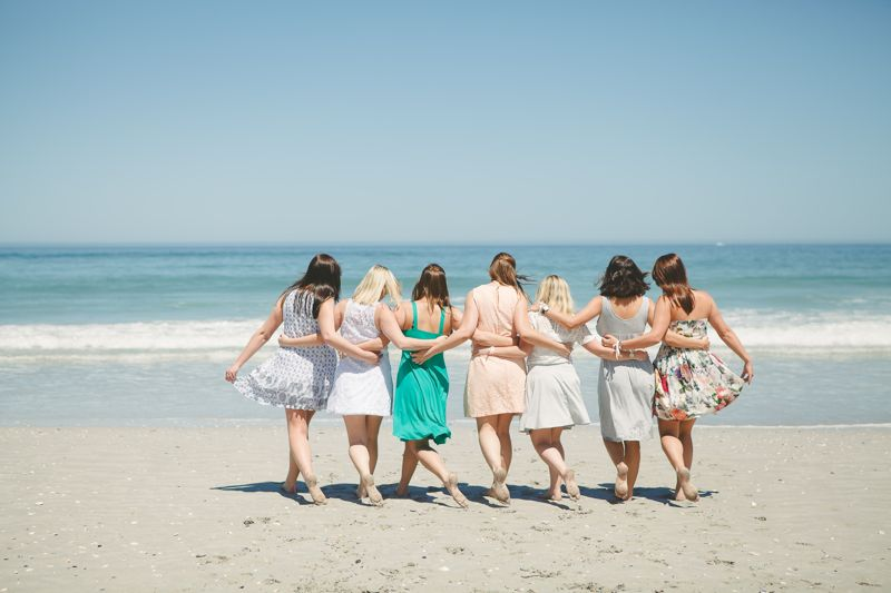 ladies-weekend-bachelorette-party-beach-balloons-friends
