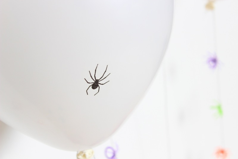 spider-on-white-balloons-halloween-diy-party-decor