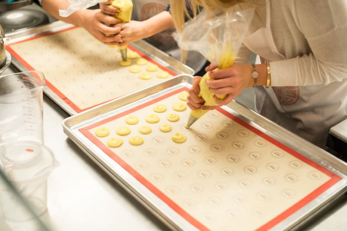 make-and-mingle-macaron-workshop-pastry-frosting-filling
