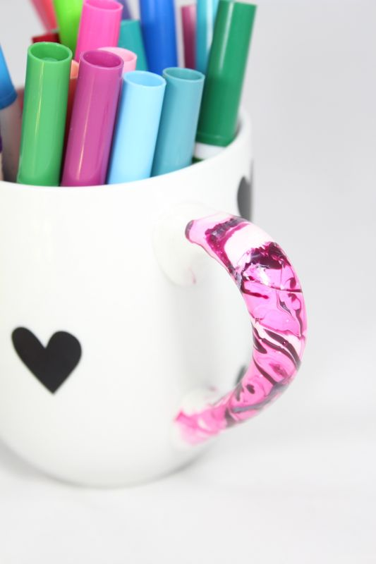 marbled-diy-mug-black-white-hearts-markers