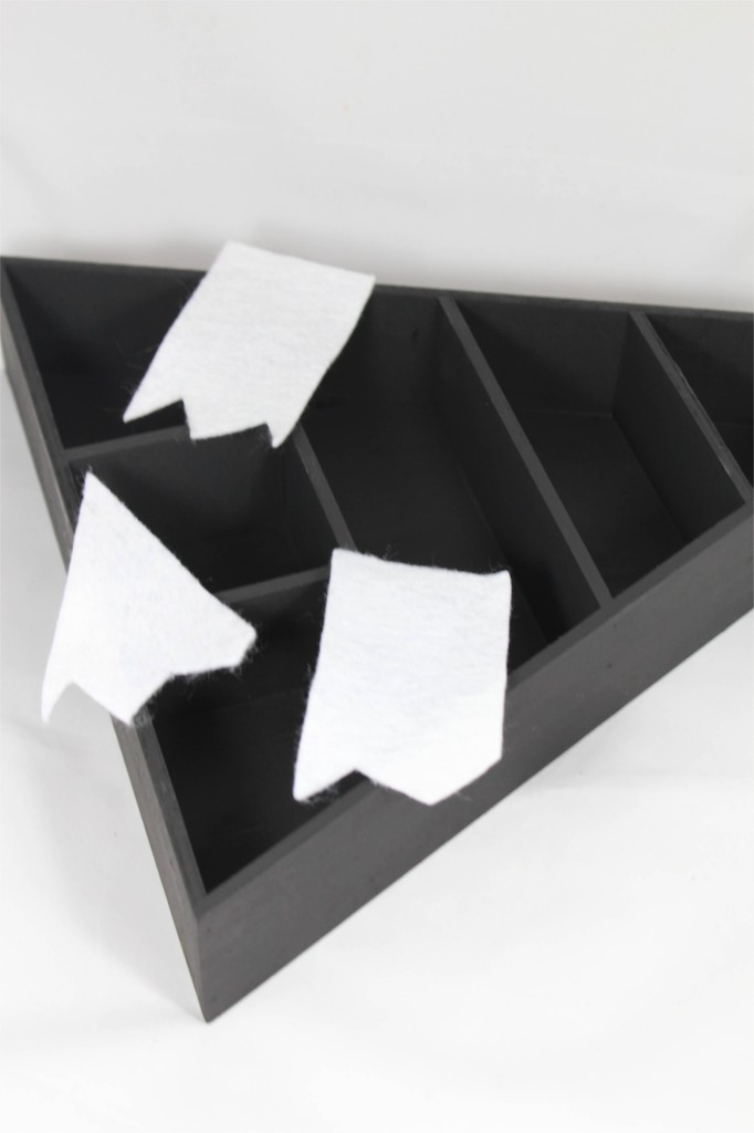 black-shelf-white-felt