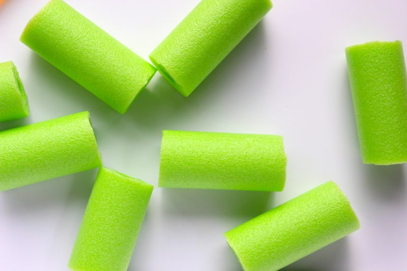 green-pool-noodles-summer-diy-freezer-pop-holder-popsicle